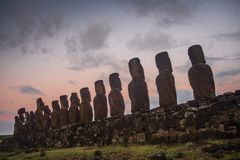 Sylwetki Ahu Tongariki moai, Wielkanocna wyspa podczas wschód słońca fotografia royalty free