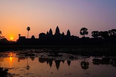 Sylwetki Angkor Wat świątynia z Powstającym słońcem zdjęcie royalty free