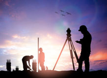 Sylwetki ankiety inżynier pracuje w placu budowy nad plamą zdjęcia royalty free