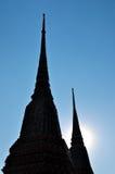 Sylwetki Budhist świątynia z niebieskim niebem obrazy stock