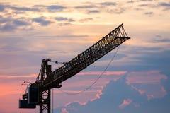 Sylwetki budowy żuraw, chmury, półmrok zdjęcie royalty free
