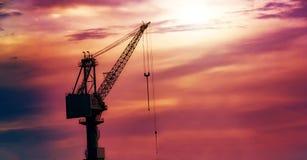 Sylwetki budowy żurawia infrastruktury projekt Obrazy Royalty Free