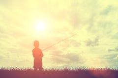 Sylwetki chłopiec i trawy połów z Zdjęcie Royalty Free