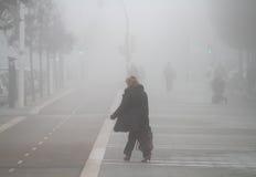 Sylwetki chodzi na mgłowym dniu zdjęcia royalty free