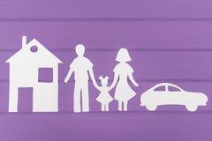 Sylwetki cią z papieru mężczyzna, kobieta z jeden dziewczyną blisko i samochodu i domu Zdjęcie Royalty Free