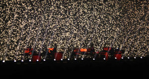 Sylwetki ciemna scena rockowy koncert, przyjęcie w tana klubie, jaskrawy światło od sceny, życie nocne Zdjęcia Stock