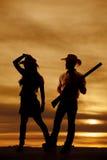 Sylwetki cowgirl zabawy dotyka kowbojski kapelusz Zdjęcie Royalty Free