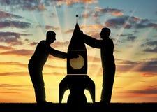 Sylwetki dwa mężczyzna podnosi up rakietę Obraz Royalty Free