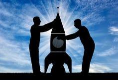 Sylwetki dwa mężczyzna zbierają rakietę Obrazy Stock