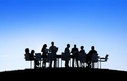 Sylwetki dyskusi Komunikacyjnego spotkania ludzie biznesu Zdjęcia Stock
