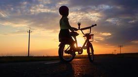Sylwetki dziewczyna przy zmierzchem na drodze Błękitny nieba tło zbiory wideo