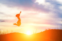 Sylwetki dziewczyna skacze Szczęśliwych momenty zdjęcia royalty free