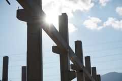 Sylwetki fotografia betonowa struktura podczas budowy na niebieskiego nieba tle zdjęcie royalty free