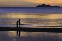 Sylwetki fotografia dwa brata cieszy się na plaży Obraz Royalty Free