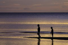 Sylwetki fotografia dwa brata cieszy się na plaży Zdjęcie Stock
