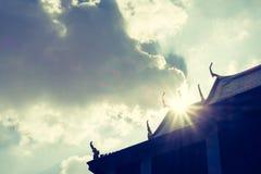 Sylwetki fotografia Tajlandzki forteca z słońce promieniem nad dachu dowcipem Obraz Royalty Free