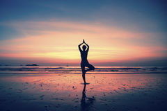Sylwetki joga medytaci dziewczyna na tle zmierzch i morze Obraz Royalty Free