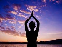 Sylwetki joga modlitewna poza Fotografia Royalty Free