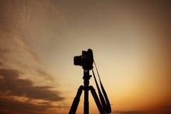 Sylwetki kamery stary film przy Chiang mai obrazy royalty free