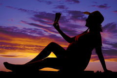 Sylwetki kobieta w ciąży czytanie Fotografia Stock