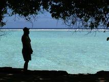 Sylwetki kobiety pozycja na plaży Obraz Royalty Free