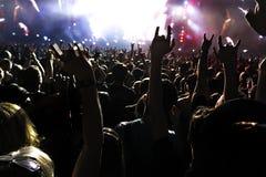 Sylwetki koncertowy tłum przed jaskrawą sceną zaświecają obraz stock
