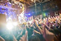 Sylwetki koncertowy tłum przed jaskrawą sceną zaświecają obraz royalty free