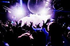 Sylwetki koncertowy tłum przed jaskrawą sceną zaświecają zdjęcie stock