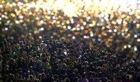 Sylwetki koncertowy tłum przed jaskrawą sceną zaświecają zdjęcie royalty free