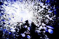 Sylwetki koncertowy tłum przed jaskrawą sceną zaświecają z confetti zdjęcia stock