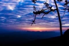 Sylwetki krajobrazowa góra z drzewem przy zmierzchem fotografia royalty free
