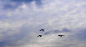 Sylwetki lata Rosyjskie Tu-95 bombowiec przeciw niebu zdjęcia royalty free