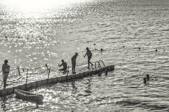 Sylwetki ludzie backlit jaskrawego lata słońca Obrazy Royalty Free
