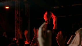 Sylwetki ludzie bawi się i klascze przy rockowym koncertem przed sceną zbiory