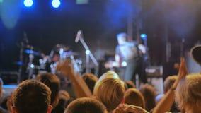 Sylwetki ludzie bawi się i klascze przy rockowym koncertem przed sceną zbiory wideo