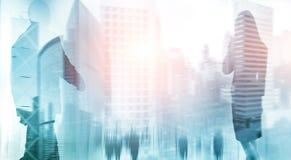 Sylwetki ludzie chodzi w ulicznych pobliskich drapaczach chmur nowożytnych budynkach biurowych i zdjęcia stock