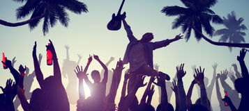 Sylwetki ludzie Cieszy się koncert na plaży Zdjęcia Royalty Free