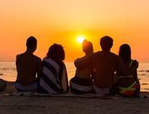 Sylwetki ludzie na plaży obrazy stock