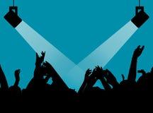 Sylwetki ludzie w jaskrawym w wystrzału rockowym koncercie przed sceną Ręki z gestów rogami Ten skały Przyjęcie w a Obraz Stock
