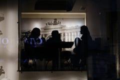 Sylwetki ludzie w kawiarni Zdjęcie Stock