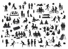 Sylwetki ludzie w parkowych scenach ustawiać, mężczyzna kobiet dzieci sztuka, relaksują, tanczą, jedzą, opowiadają, przejażdżka r royalty ilustracja