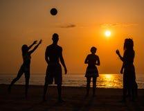 Sylwetki młodzi ludzie na plaży zdjęcia stock