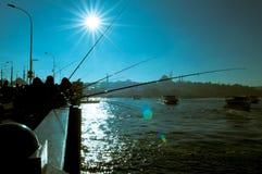 Sylwetki rybacy łowi na Galata moscie relaksować ich hobby w Istanbuł i cieszyć się obrazy stock