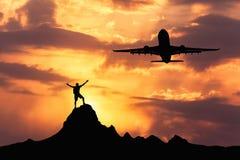 Sylwetki samolot i pozycja szczęśliwy mężczyzna obrazy stock