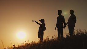 Sylwetki szczęśliwa rodzina, wpólnie spotykają świt w malowniczym miejscu fotografia stock