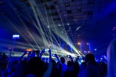 Sylwetki tłumy widzowie przy koncertem z smartphones w ich rękach obraz stock
