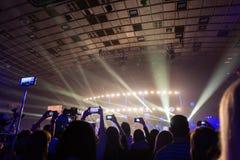 Sylwetki tłumy widzowie przy koncertem z smartphones w ich rękach zdjęcie stock