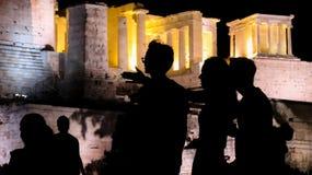 Sylwetki turyści, goście i miejscowi przy akropolem, fotografia royalty free