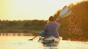 Sylwetki turyści paddling kajaka, praca zespołowa, więź zbiory