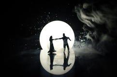 Sylwetki zabawkarski para taniec pod księżyc przy nocą Postacie mężczyzna i kobieta w miłości tanczy przy blaskiem księżyca Zdjęcie Stock